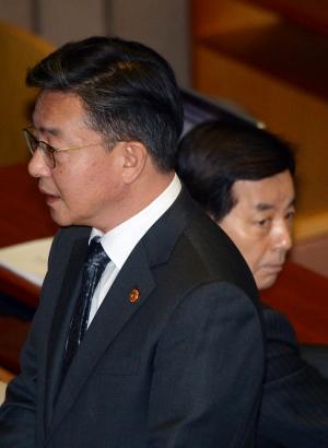 본회의 참석한 홍용표 통일부장관