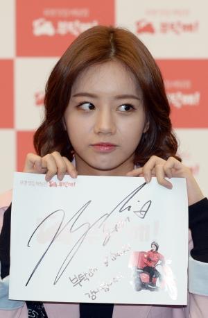 혜리가 배달앱 '부탁해'팬사인회에 참석하고 있다