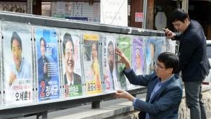선거 포스터 붙이는 선관위 직원들