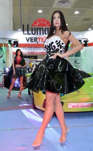 선팅 핌름으로 만든 의상 패션쇼