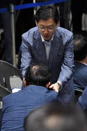 기소된 김경수... 여유로운 모습