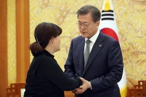 고 김용균 씨 유가족 위로하는 문재인 대통령