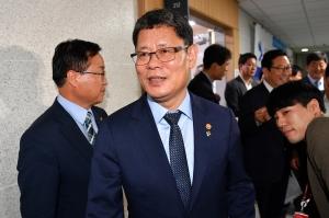 국회 찾은 김연철