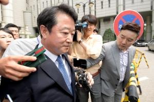 1심 선고 공판 끝난 후 법원 나서는 이웅열 전 코오롱 회장