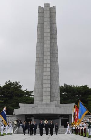 현충원 참배하는 윤석열 신임 검찰총장
