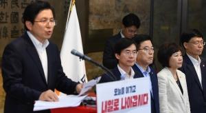 이승만 동상 앞 대국민담화 발표하는 황교안
