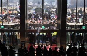 국회 진입 시도하는 보수정당 지지자들