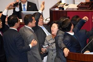 선거법 안건 상정에 아수라장된 국회