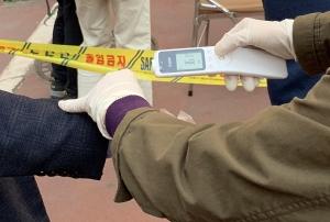 사전투표소, 유권자와 버려진 비닐장갑