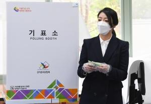 투표하는 송파을 배현진 미래통합당 후보
