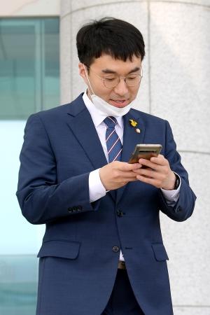 '21대 국회 첫 본회의' 본회의장으로 이동하는 의원들