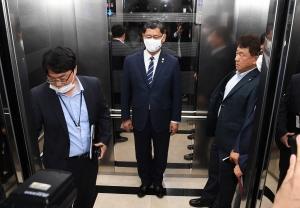 회의 중 급히 이동하는 김연철 통일부 장관