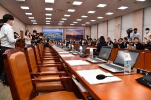 '업무보고는 언제?' 이틀째 기다리는 김현미 장관