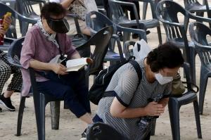 수능 100일 전, 기도하는 수험생 학부모들