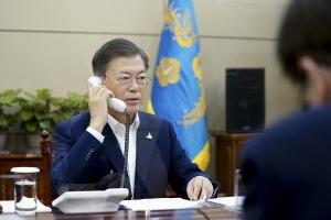 스가 요시히데 일본 총리와 통화하는 문재인 대통령