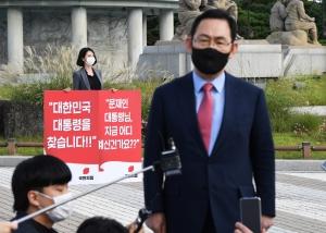 청와대 앞에서 1인 시위하는 주호영 원내대표