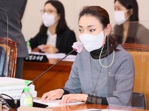 점자 업무보고자료 읽는 김예지 의원