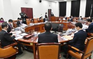 국회 정보위 출석한 박지원 국정원장