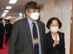 국무회의 참석하는 한상혁 방송통신위원장과 조성욱 공정거래위원장