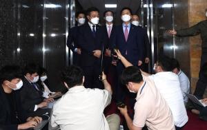 원내대표 회동 마친 윤호중 김기현