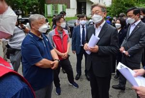 이재명, 사망한 서울대 청소 노동자 일터 방문