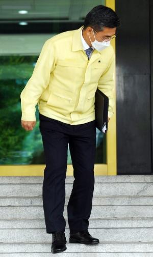 국무회의 마치고 청사 나서는 서욱 국방부 장관
