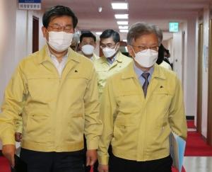 임시국무회의 참석하는 전해철 장관과 권칠승 장관