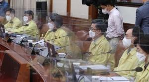 총리 발언 듣는 국무위원들